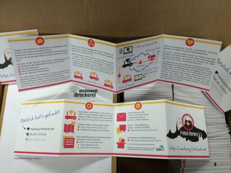 Kiste mit Freifunk-Faltblättern